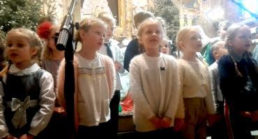 Dzieci z Przedszkola nr 3 śpiewają dla babć i dziadków