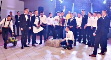 """Studniówkowa wideoteka – """"rolnicy"""" na balu ZS 1 Płońsk"""