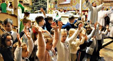 Babciom i Dziadkom z najlepszymi życzeniami śpiewają dzieci z Przedszkola nr 3