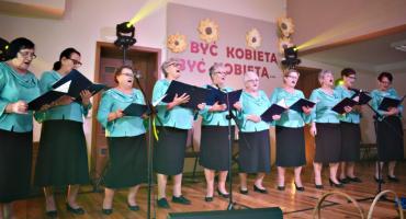 """Koncert w Nowym Mieście - śpiewa zespół koła rencistów i emerytów """"Warto żyć"""""""