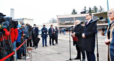 Premier Morawiecki na dworcu w Płońsku