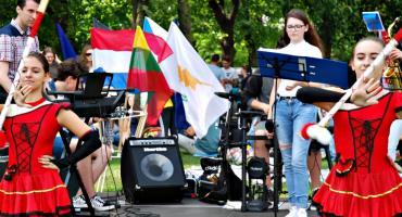 """Młodzież piknikowo na Rutkach - zespół ZS 2 z mażoretkami i """"Gimme, gimme, gimme"""""""