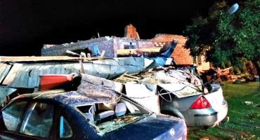 Zerwany dach, zniszczone samochody, piorun w pustostan - skutki nocnej burzy