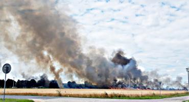 Prasa i słoma - duży pożar na polu w Kroczewie