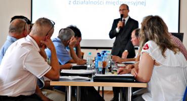 O drogach i dodatkach dla nauczycieli na sesji w Dzierzążni