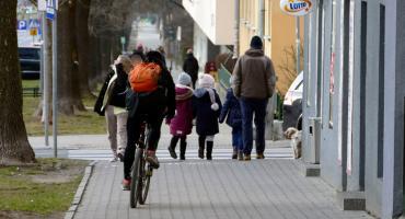 Piesi opuszczą chodnik?