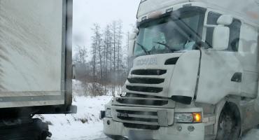 Kolizja trzech ciężarówek w Woli Zambrowskiej. Trudne warunki na drogach [foto]