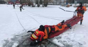 Strażackie ćwiczenia na skutym lodem zalewie [foto+video]