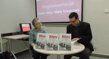 Z książką historyczną w bibliotece. Spotkanie z Andrzejem Zawistowskim [foto]