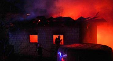 Ogromny pożar trawi zabudowania [foto+video]