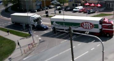 Auto osobowe wjechało tuż pod ciężarówkę i zostało staranowane. To już kolejny taki przypadek w tym miejscu [video]