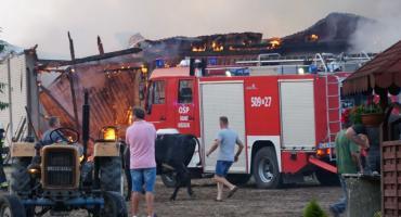 Pożar budynków gospodarczych w gminie Zambrów. Ogień strawił oborę [foto+video]