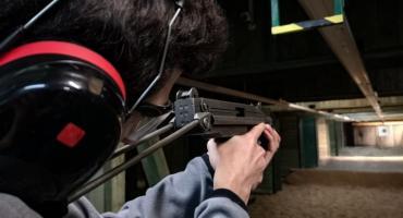 Dziennikarze z bronią w ręku [foto]