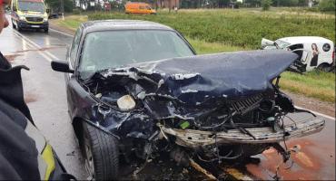 Zderzenie na drodze - obaj kierowcy w szpitalu
