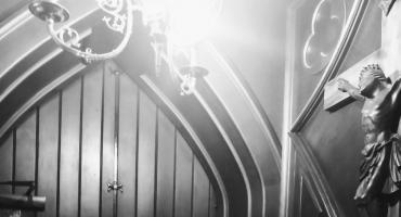 """""""Kościół z oszpeconą twarzą"""". Pełna bólu i mądrej refleksji homilia w warszawskim kościele Środowisk Twórczych."""