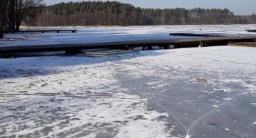 Uwaga na kruchy i cienki lód na zamarzniętych zbiornikach wodnych