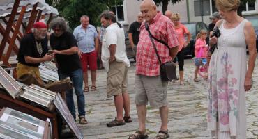 Targowisko z artystami na placu Paderewskiego