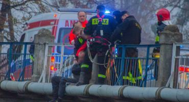 Usiadł na krawędzi mostu. Chciał popełnić samobójstwo