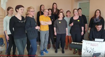 """Oławscy nauczyciele śpiewają """"Protest Song"""""""