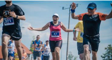 BIEG TOYOTY: Zawodnicy na nowej trasie w Jelczu-Laskowicach [GALERIA]