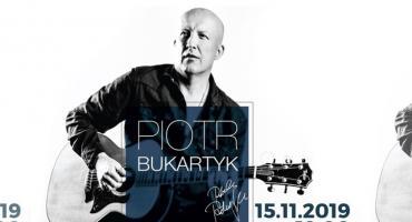 Piotr Bukartyk z zespołem