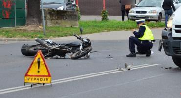 Zderzenie motocyklisty z samochodem. Droga zablokowana