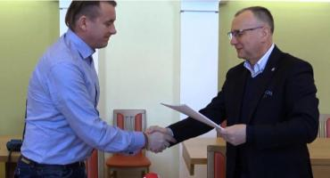 Podpisanie umowy na budowę boiska w Jagniątkowie. Cały materiał.