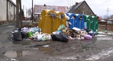 Pojemniki w Pakoszowie pełne śmieci