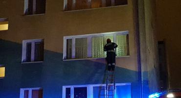 Kobieta zasłabła w mieszkaniu - otwierali je strażacy