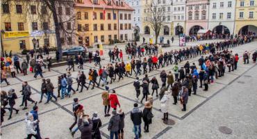 Jelenia Góra : Maturzyści zatańczyli Poloneza na Placu Ratuszowym