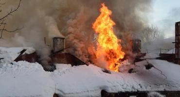 Szklarska Poręba - Ogromny pożar budynku. Strażacy szukają trzech osób