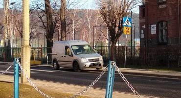 Kierowcy stwarzają zagrożenie przy szkole