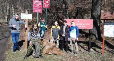 Uczniowie pomogli MPGK w sprzątaniu lasu
