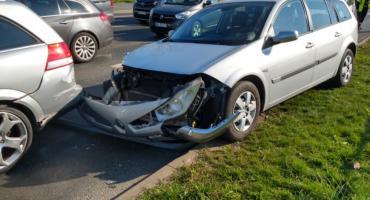 Zasłabł za kierownicą i wjechał w stojące przed skrzyżowaniem auta