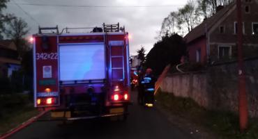 W Jeżowie Sudeckim strażacy gasili budynek