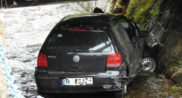 Wskoczył samochodem do strumienia
