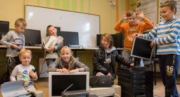 Dzieci czekają na elektrośmieci, a potem jadą posprzątać w Czechach!