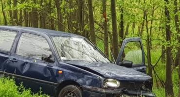 Volkswagen wypadł z drogi i dachował