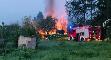 Na Sudeckiej spłonęła ogrodowa altanka