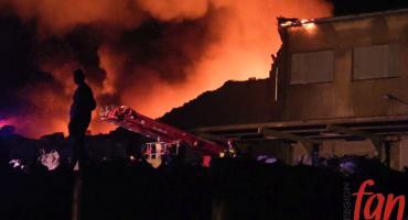 Potężny pożar składowiska w Jaworze. W akcji brali udział również jeleniogórscy strażacy.
