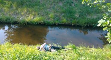 Pijany mężczyzna leżał na brzegu kanału