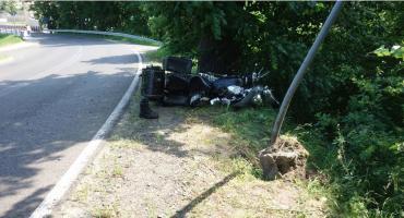 Motocyklista spadł z wysokiej skarpy