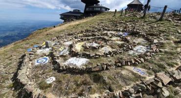 Autorka kamiennej spirali na Śnieżce przyznała się do winy