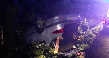Samochód osobowy wypadł z drogi i dachował