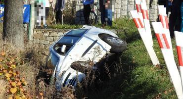 Czołowe zderzenie w Miłkowie. Jedno auto w rowie. Dwie osoby ranne.