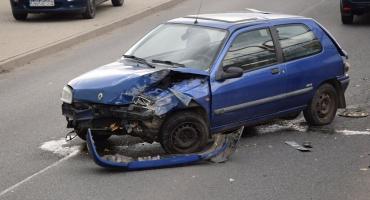 Wypadek na Karola Miarki. Auto uderza w mur i czołowo zderza się z innym pojazdem