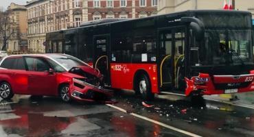 Zderzenie auta osobowego z autobusem MZK