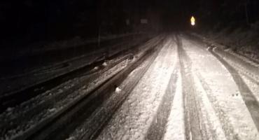 W nocy sypnęło śniegiem. Trudne warunki drogowe w górach