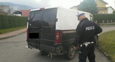 Policjanci zatrzymali kierującego niesprawnym technicznie pojazdem. Auto odjechało na lawecie.