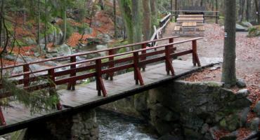 Nowe ławy przy Wodospadzie Podgórnej